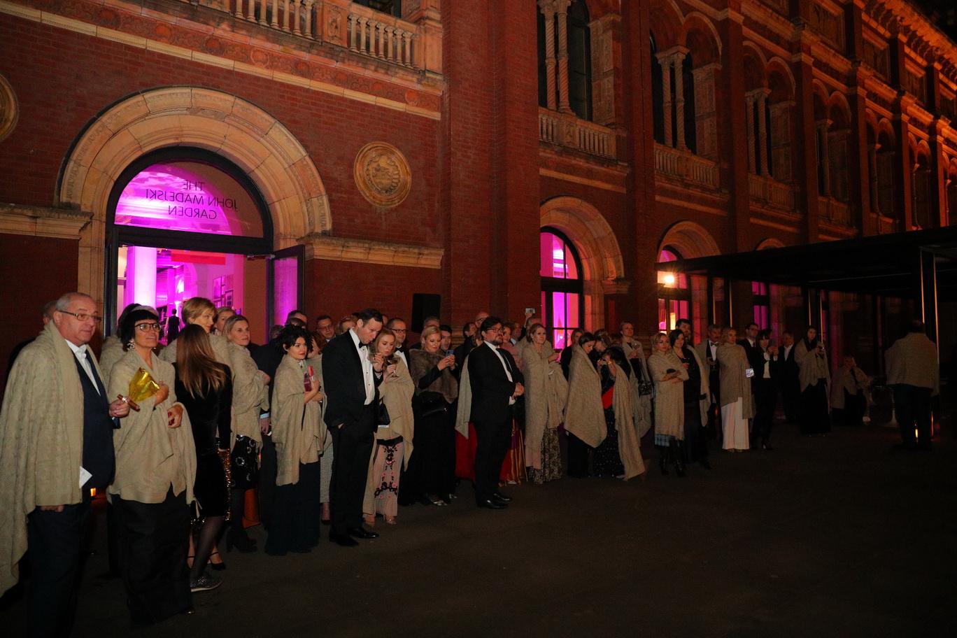 Чтобы гости из Москвы не замерзли во время балета, им раздали кашемировые шали