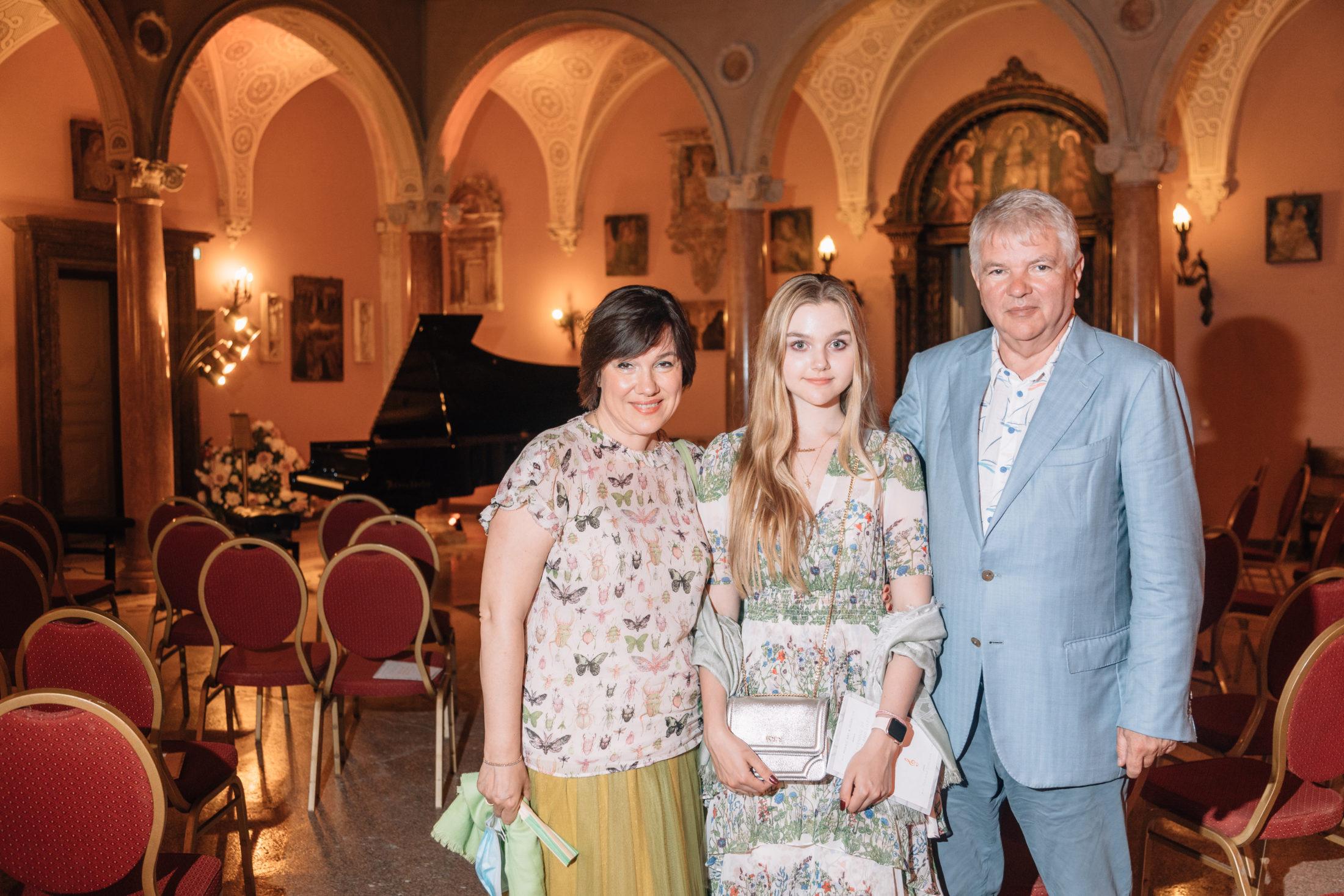 Галина и Алексей Мешковы (Чрезвычайный и полномочный посол РФ во Франции и Княжестве Монако) с дочерью