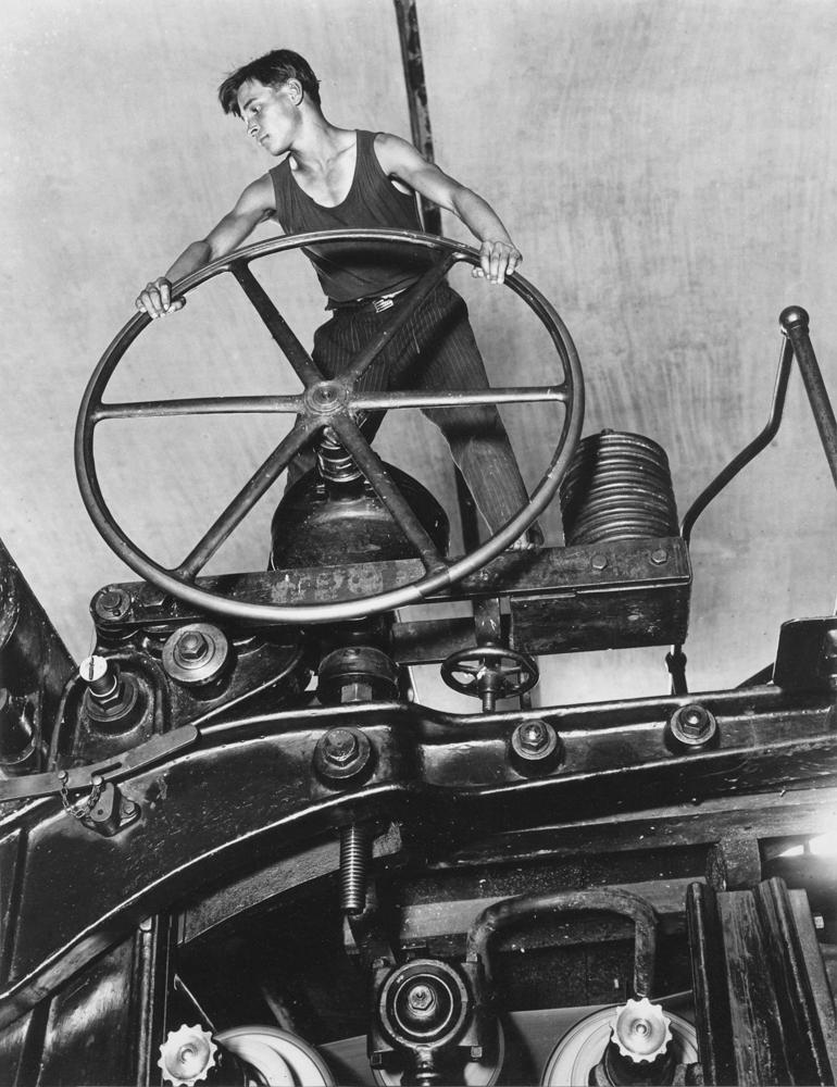 Аркадий Шайхет. Комсомолец за штурвалом бумагоделательной машины, 1929. Бромсеребряная печать, 41 х 28 см