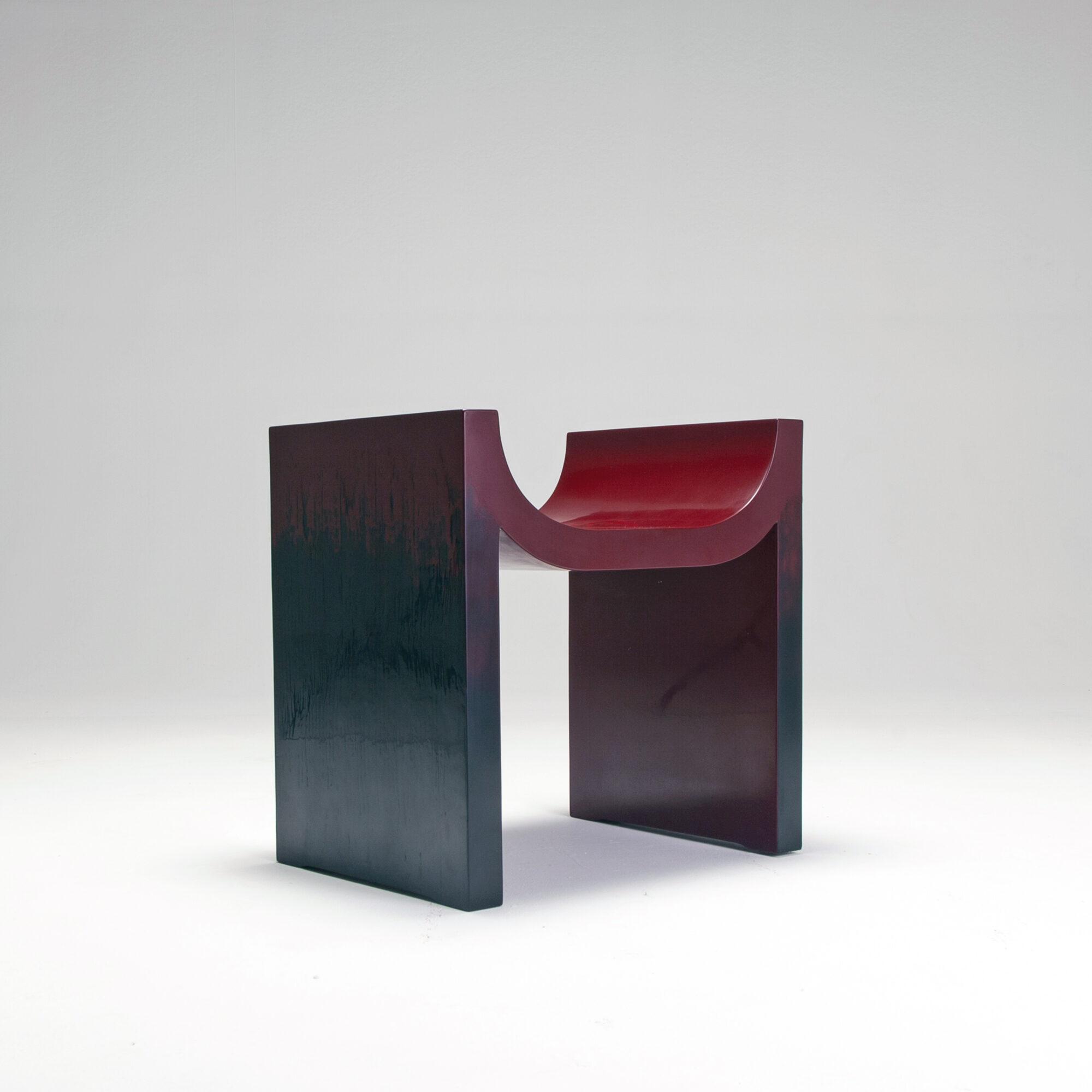 Ли Найхан и Чжоу Рунда. Стул, 2020. Сосна, Китайский лак, 60 x 48 x 60 см